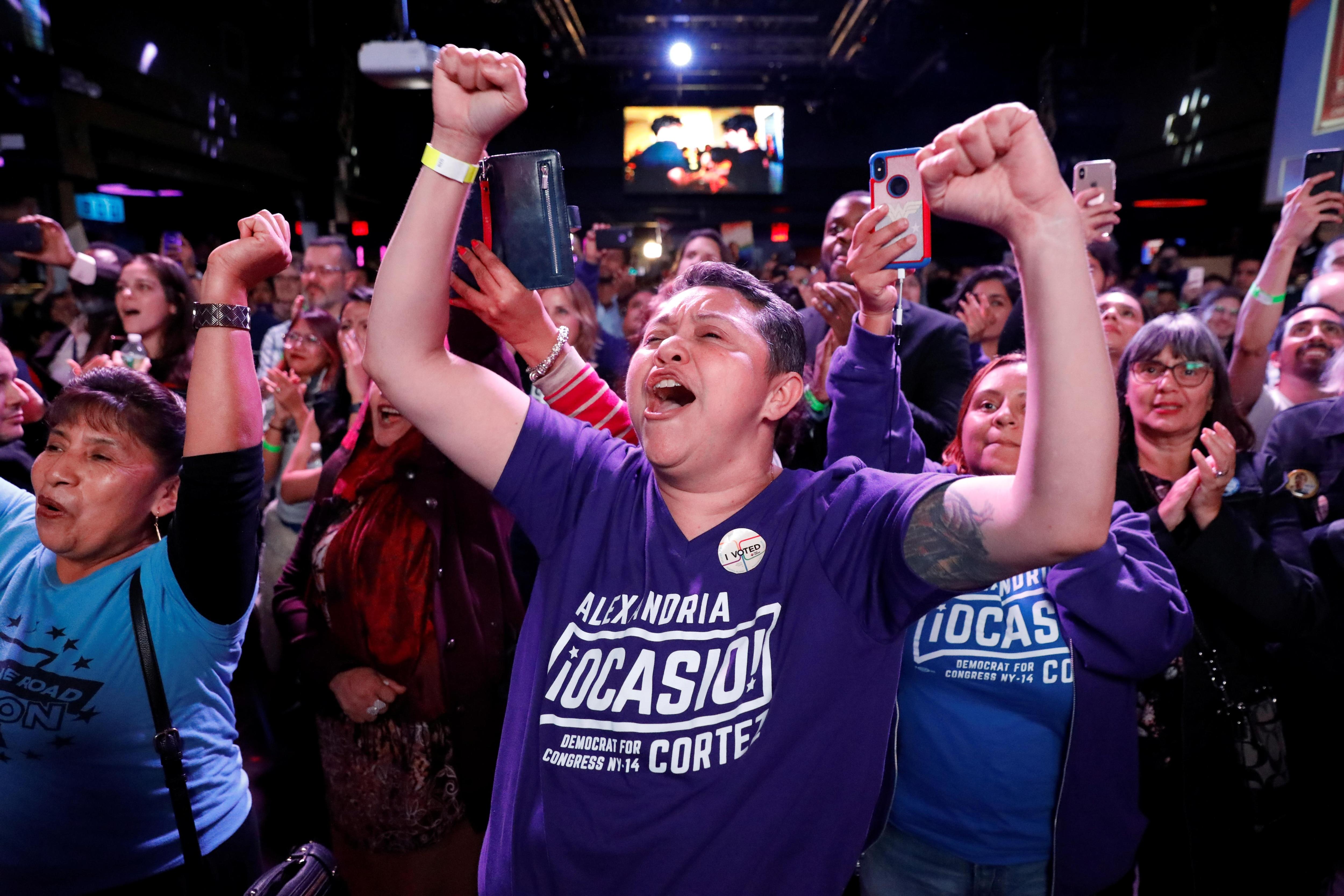 Des partisans de la candidate démocrate au Congrès Alexandria Ocasio-Cortez célèbrent sa victoire aux élections de mi-mandat, à New York, le 6 novembre 2018.