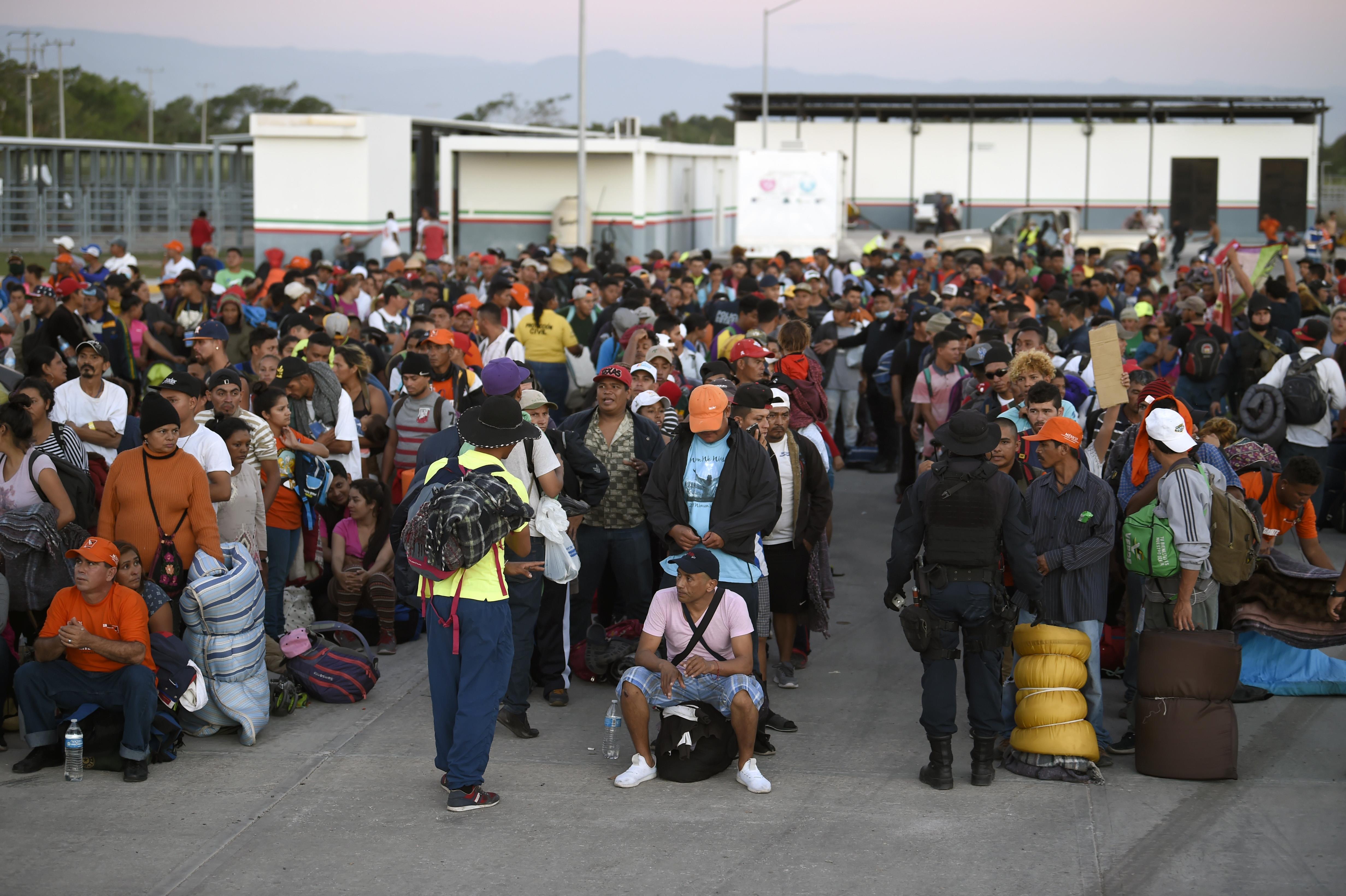 Des migrants d'Amérique centrale qui se dirigent vers les États-Unis attendent des autobus à la station phytosanitaire de La Concha, dans l'État du Sinaloa, au Mexique, le 13 novembre 2018.