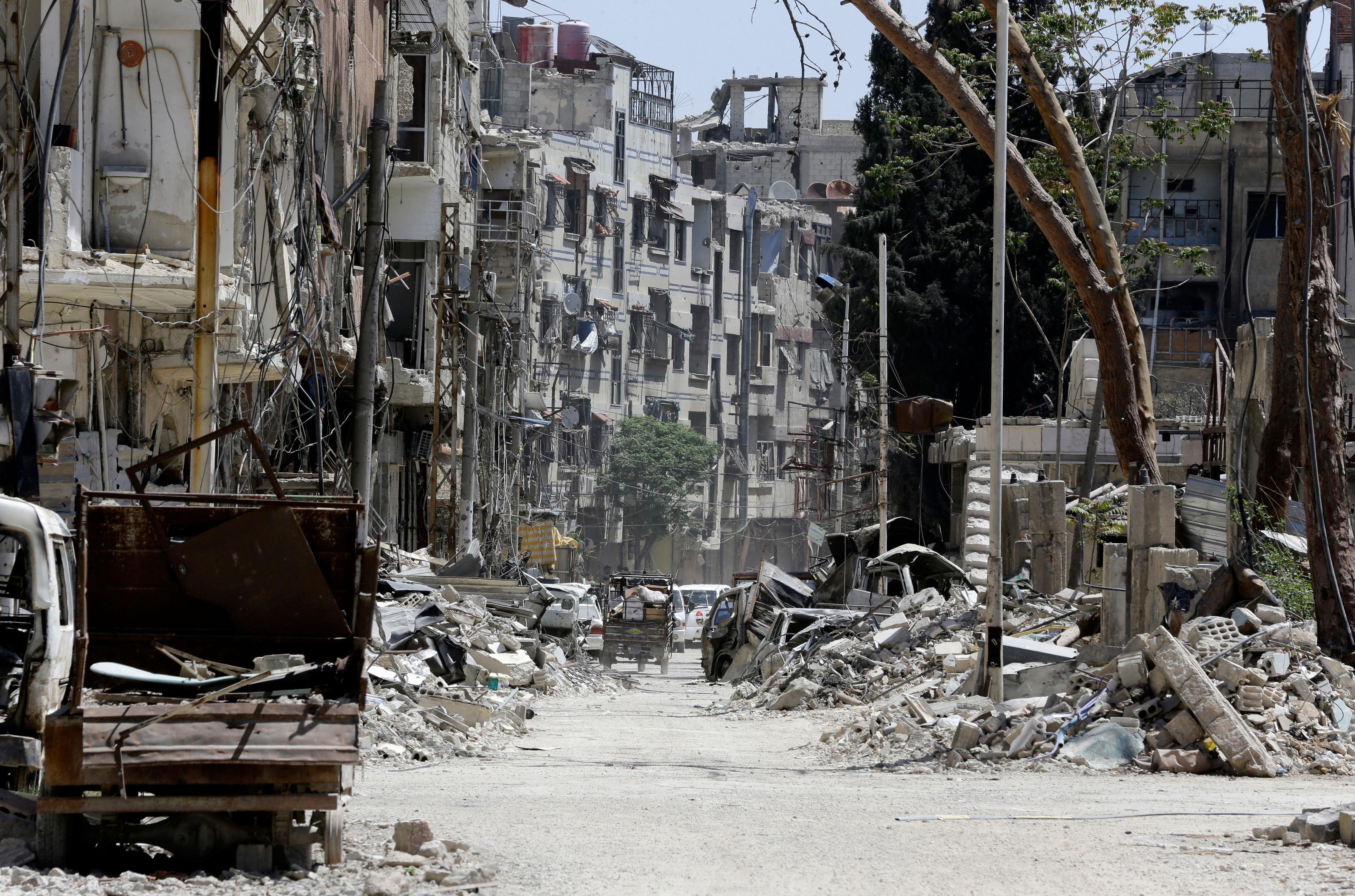 Une rue détruite de Douma, en banlieue de Damas, le 16 avril 2018.