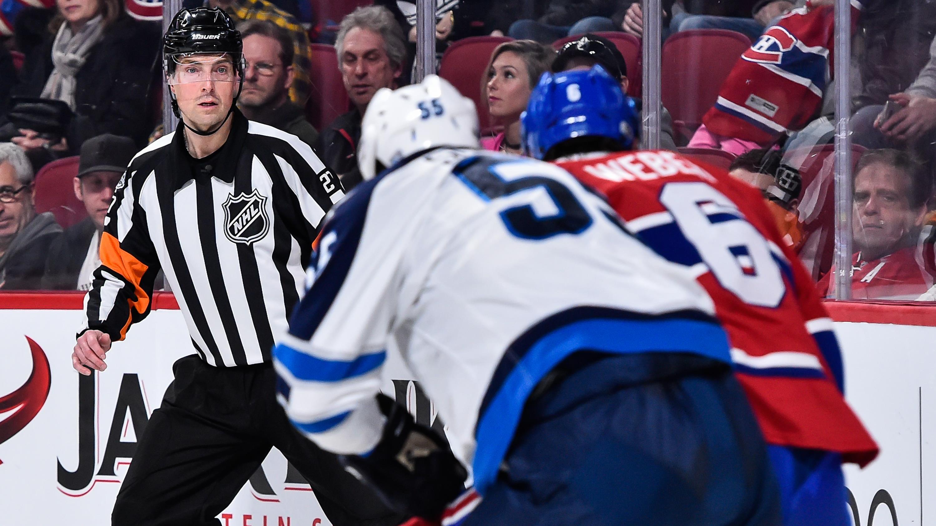 L'arbitre Eric Furlatt suit le jeu des yeux sur la patinoire du Centre Bell.