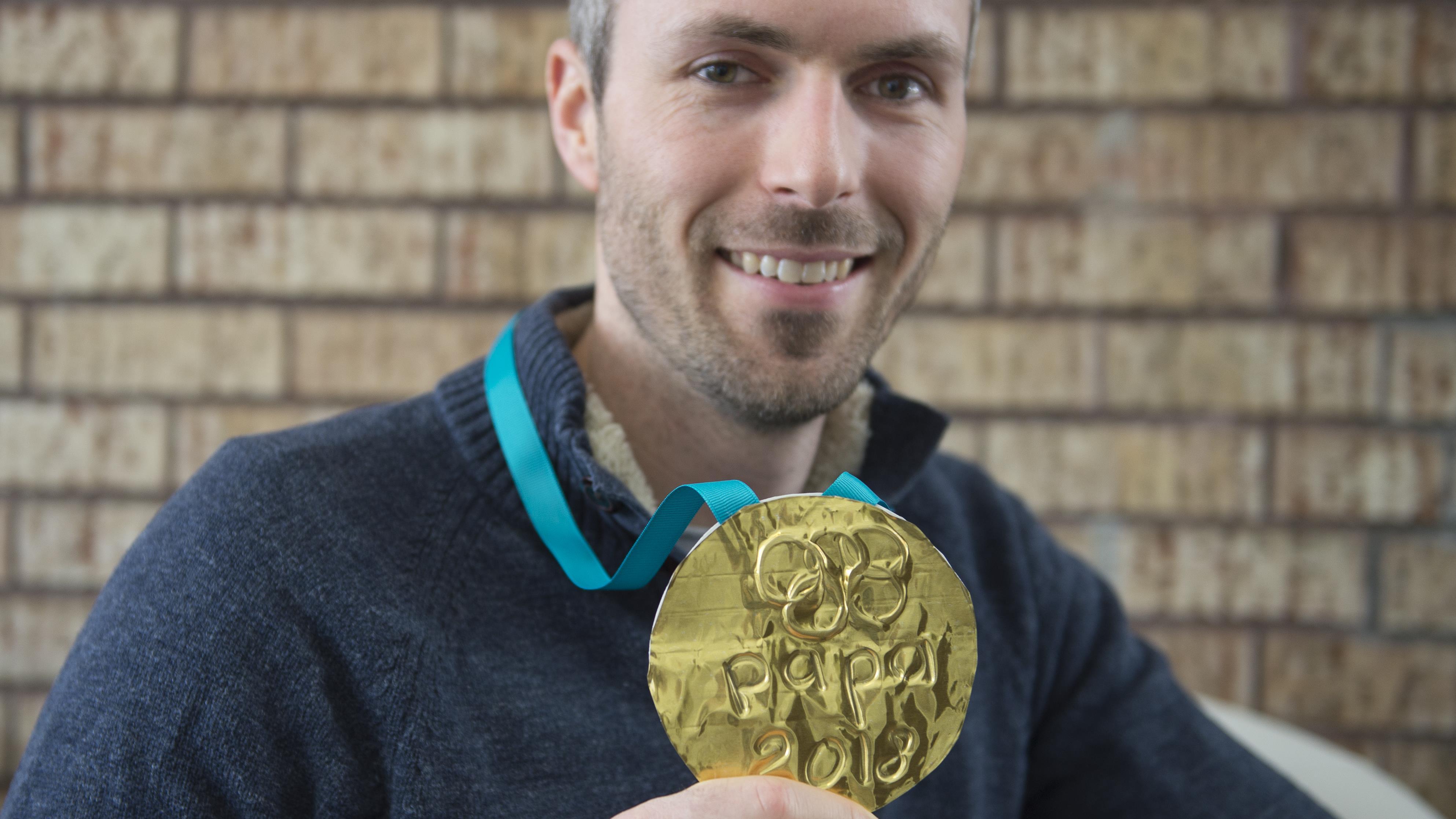Jean-François Ménard et la médaille d'or que ses enfants lui ont bricolée au retour des Jeux olympiques de Pyeongchang