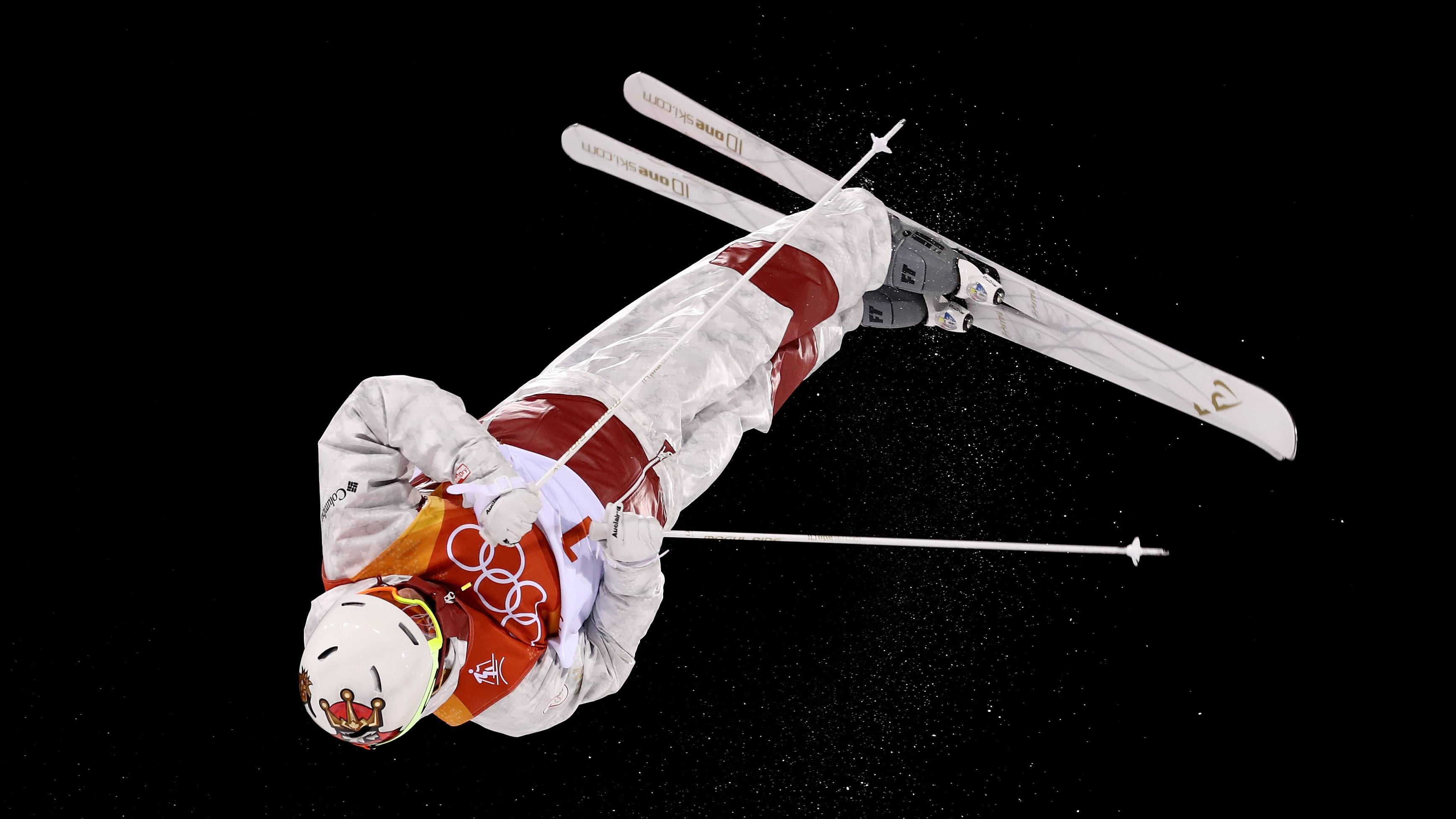 Mikaël Kingsbury effectue un saut en finale des bosses à Pyeongchang
