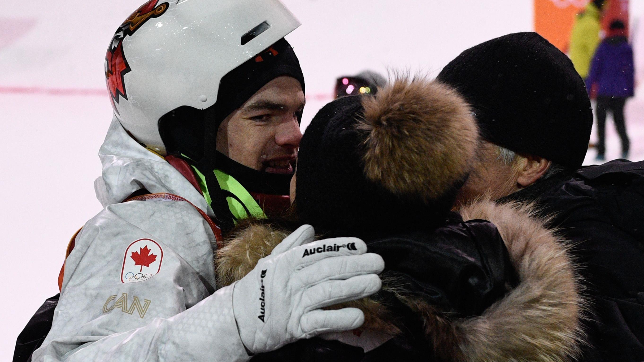 Mikaël Kingsbury reçoit les félicitations de ses parents après la finale des bosses des Jeux olympiques de Pyeongchang.