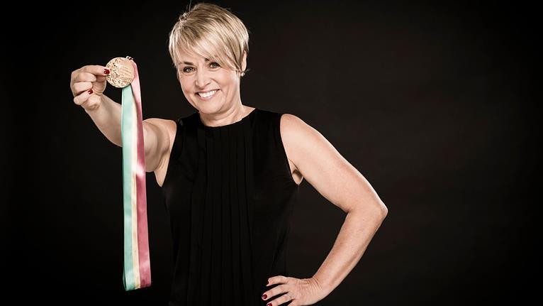 Sylvie Bernier montre fièrement sa médaille d'or.