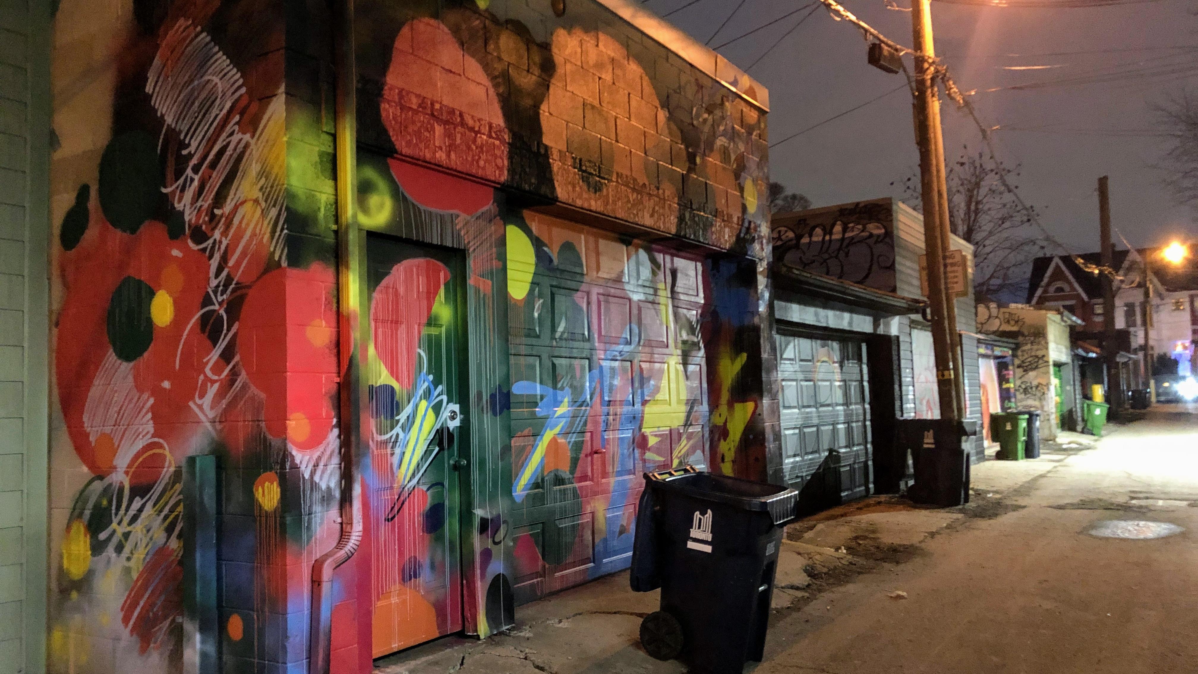 Photos de façades recouvertes de graffitis.
