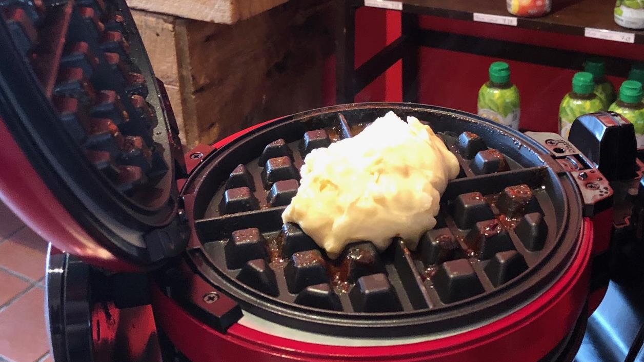 La pâte à gaufres dans un gaufrier.