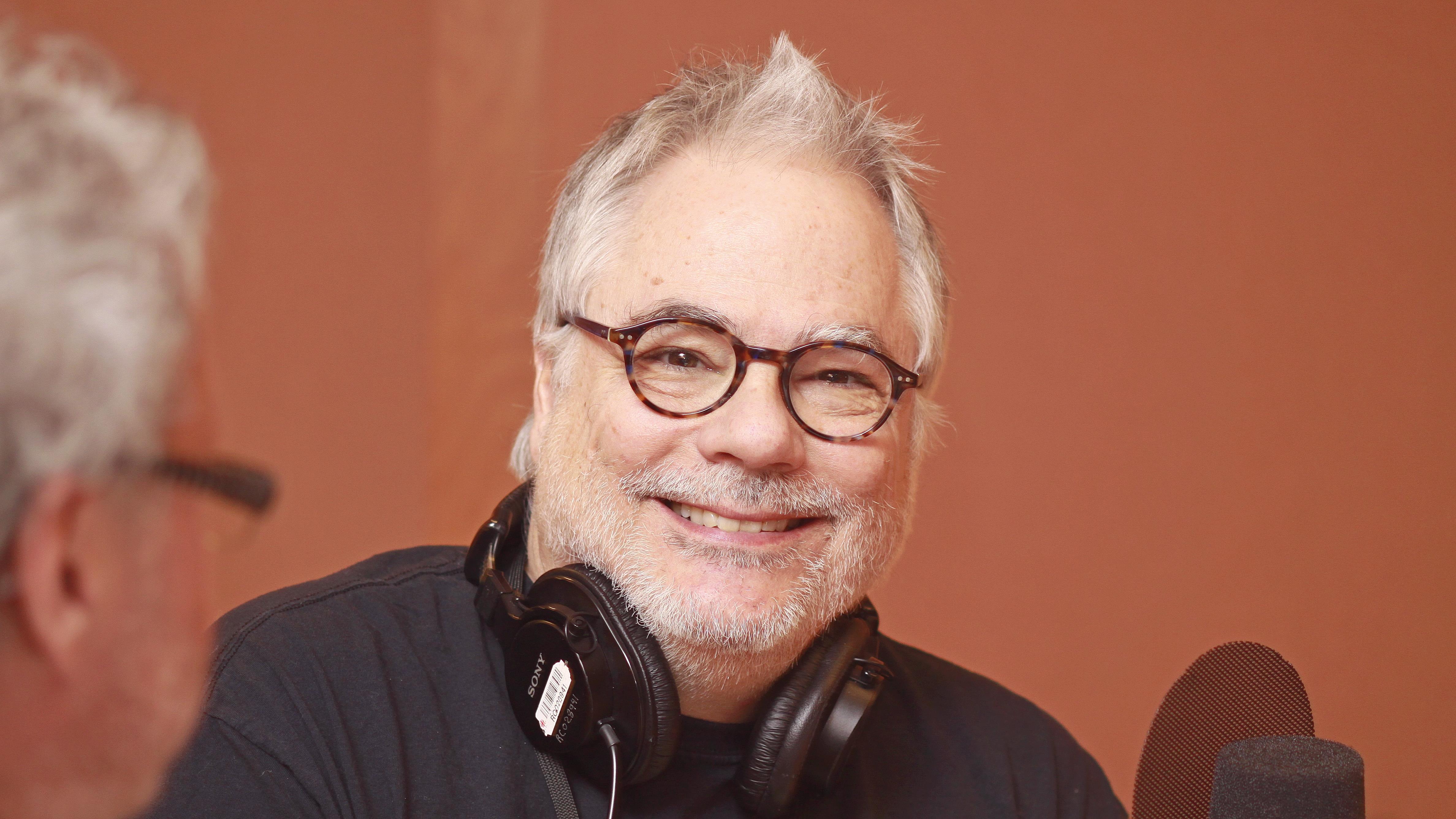André Mondoux, souriant au micro du studio 18 de Radio-Canada