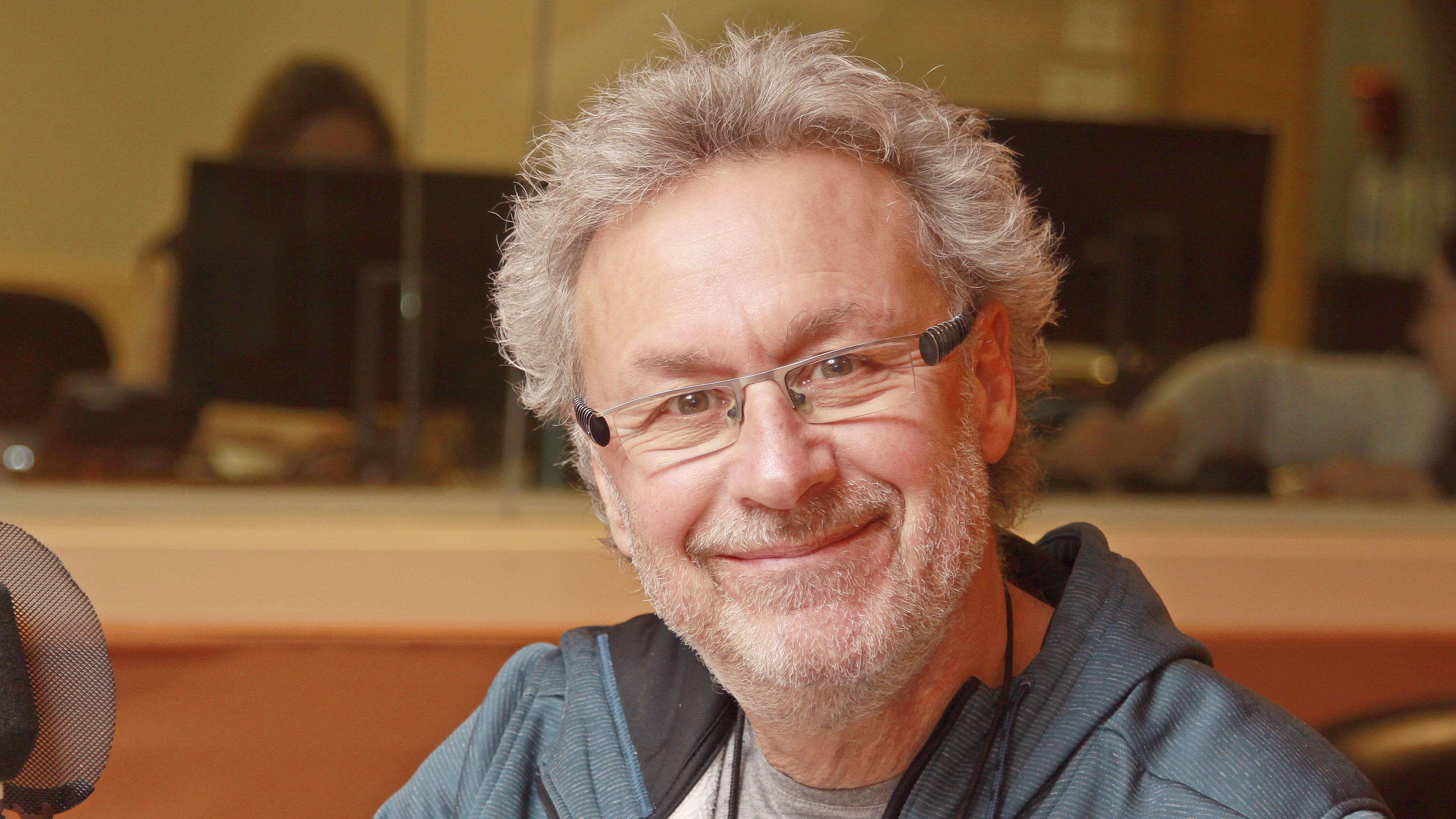 Guy Bois, souriant, au micro du studio 18 de Radio-Canada