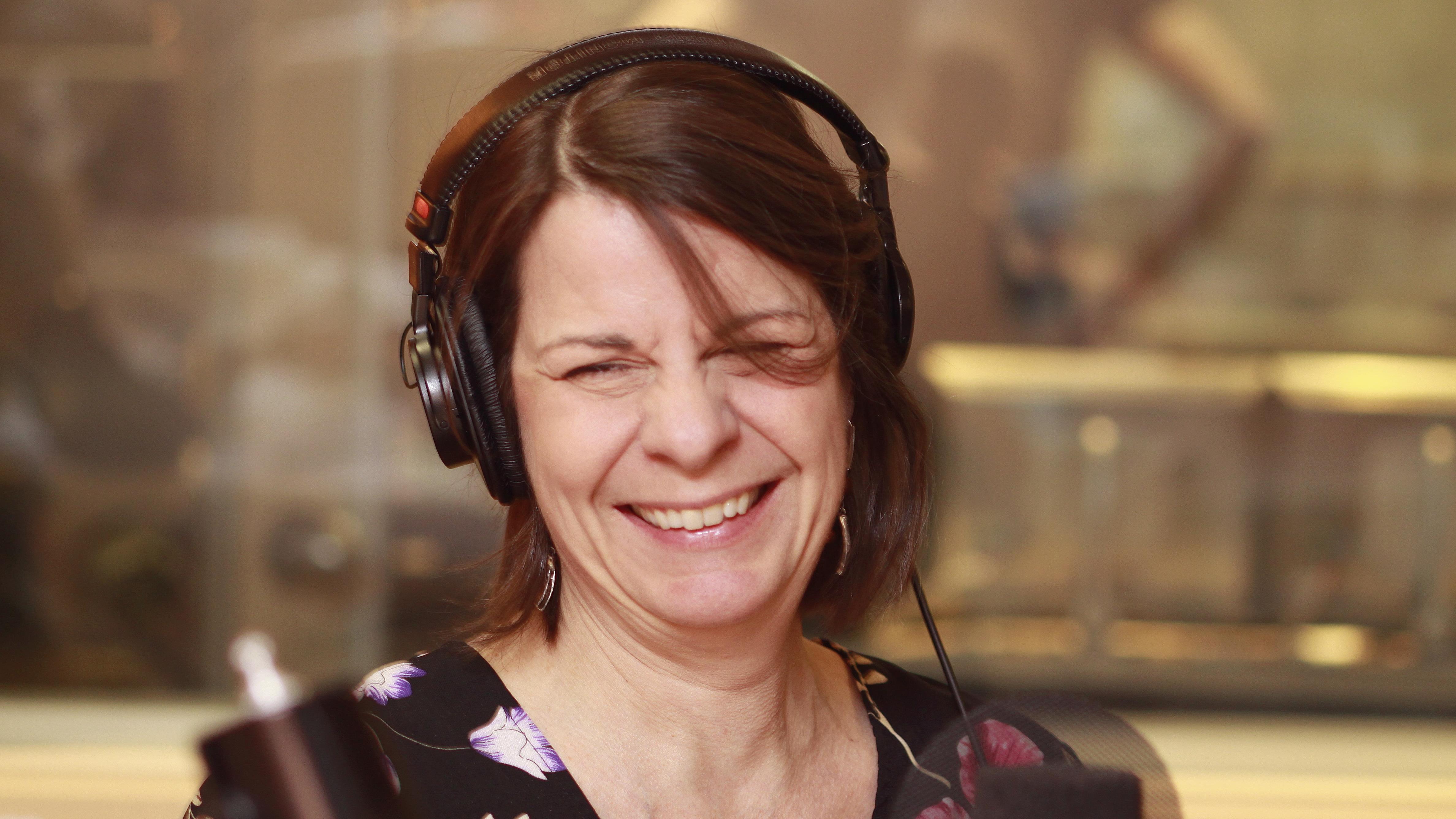 Renée Dumais-Beaudoin souriante au micro du studio 18 de Radio-Canada