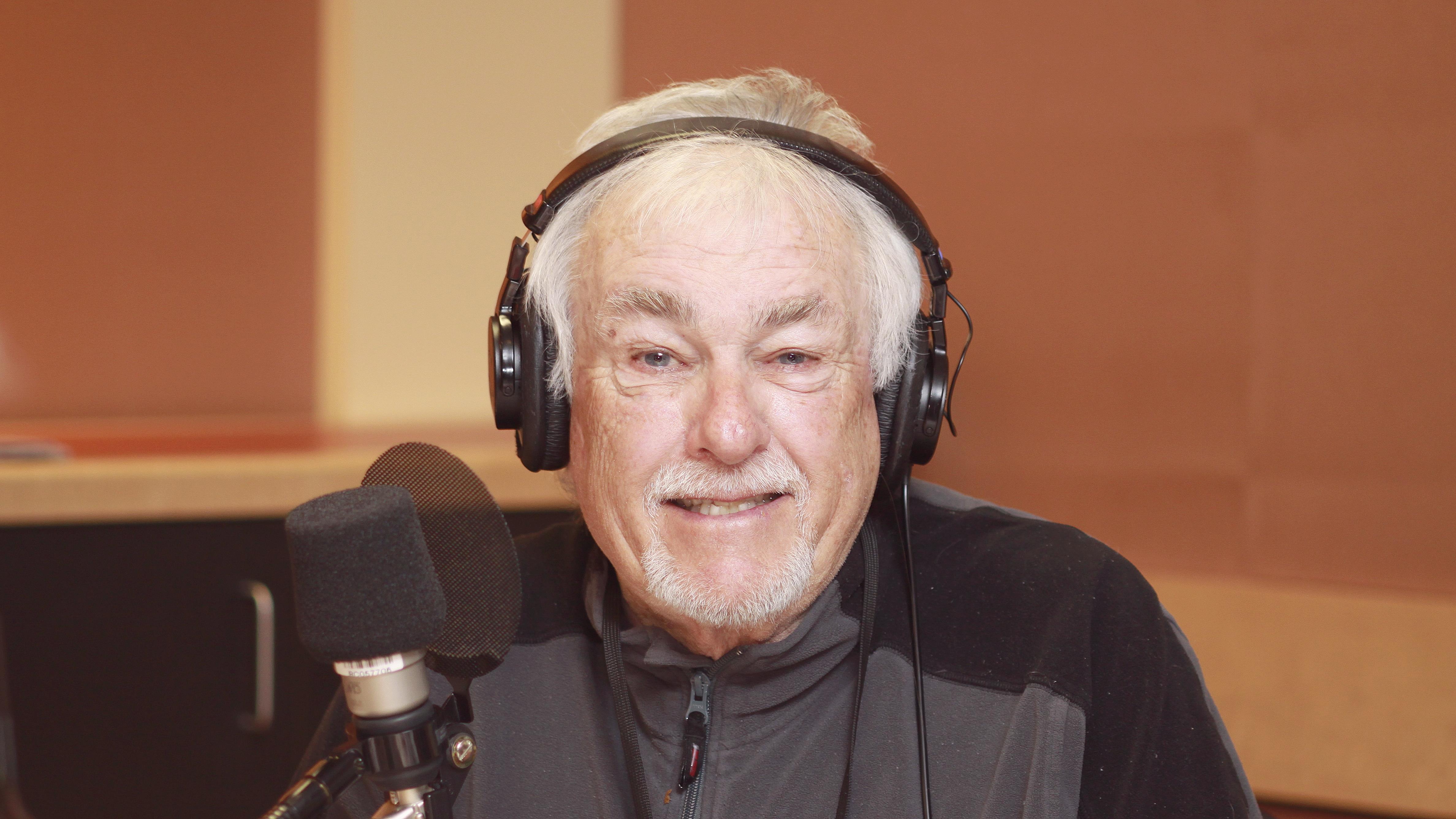 Guy Thibaudeau, souriant, au micro du studio 18 de Radio-Canada