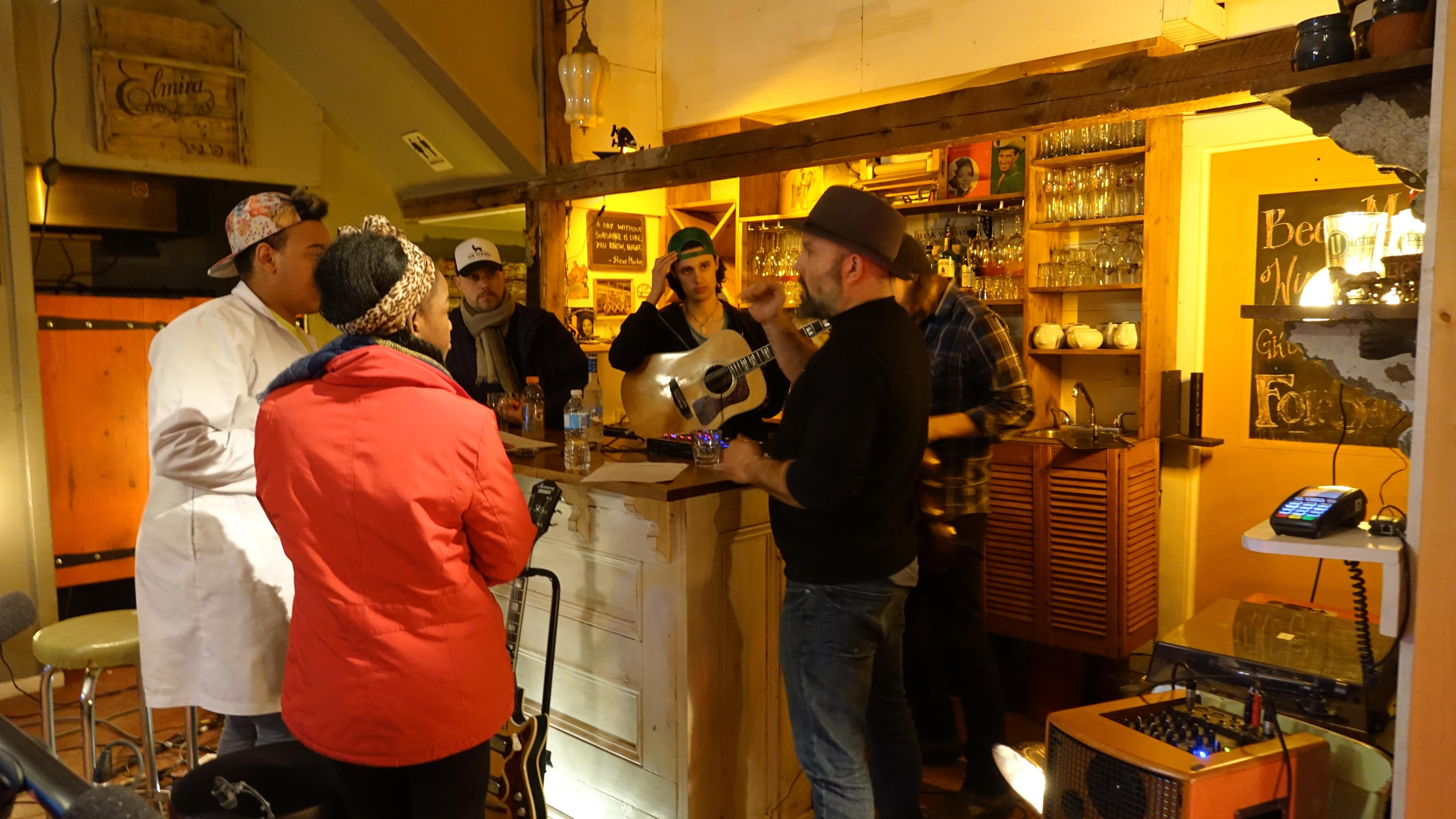 Répétition au Trailside Café près de Charlottetown à l'Île-du-Prince-Édouard avec le groupe originaire de l'Île, Ten Strings and a Goat Skin qui accueillait Kelly Bado du Manitoba et Sympa César de l'Alberta.