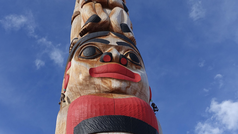 Totem au centre-ville de Whitehorse au Yukon.