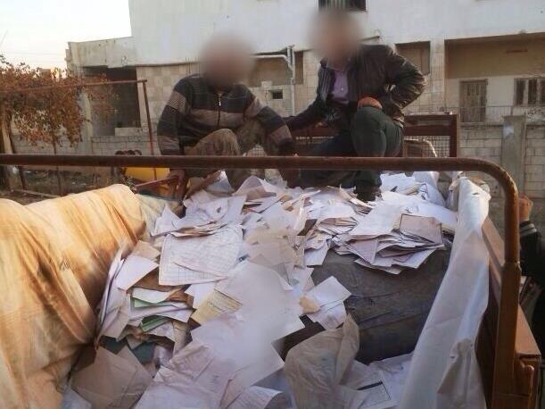Des enquêteurs de CIJA avec des documents appartenant au gouvernement syrien.