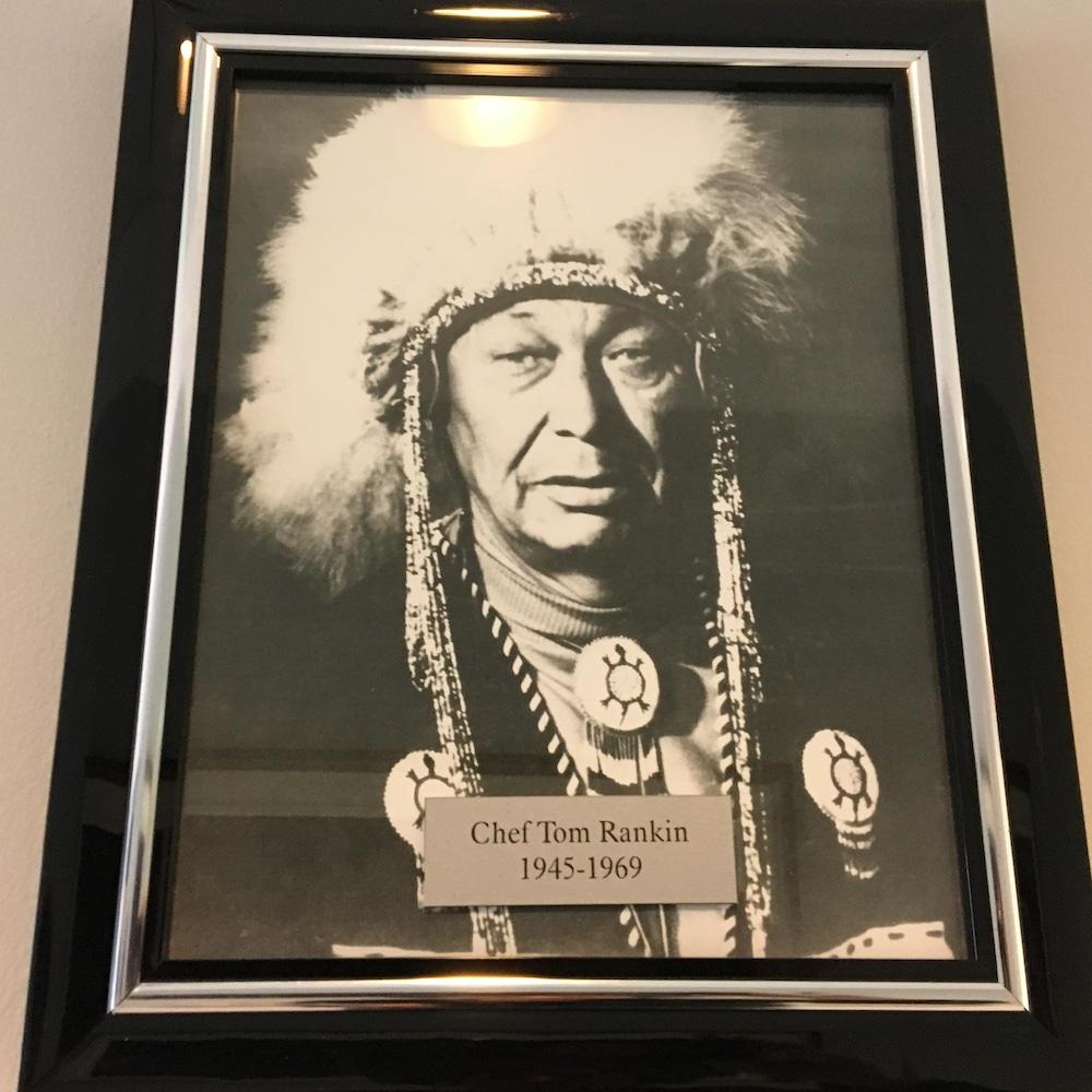 Un cadre avec une photo d'un chef amérindien indique Chef Tom Rankin 1945-1969.