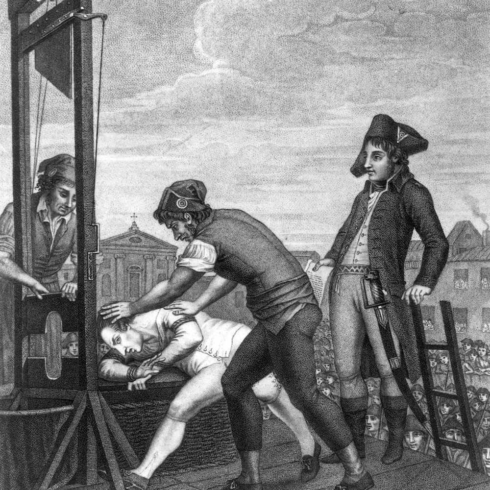 Dessin en noir et blanc de deux hommes qui en placent un autre sur une guillotine, tandis qu'un troisième les regarde.