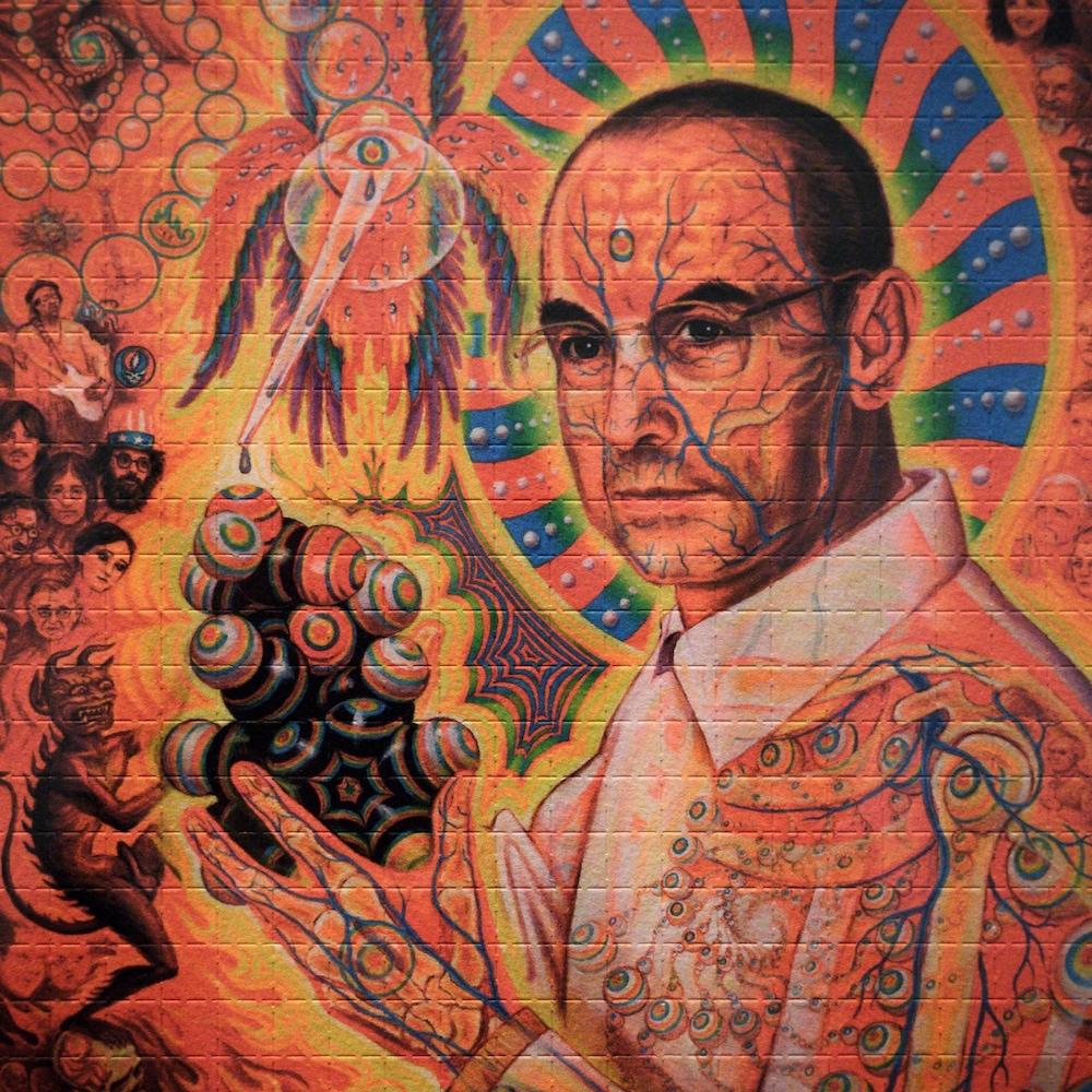 Une peinture murale du chimiste qui tient une molécule de LSD.