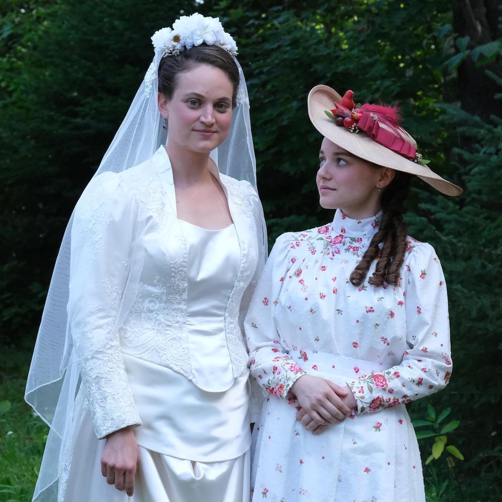 Kim Despatis et Romane Denis en robes élégantes d'époque pour un mariage dans Les pays d'en haut.