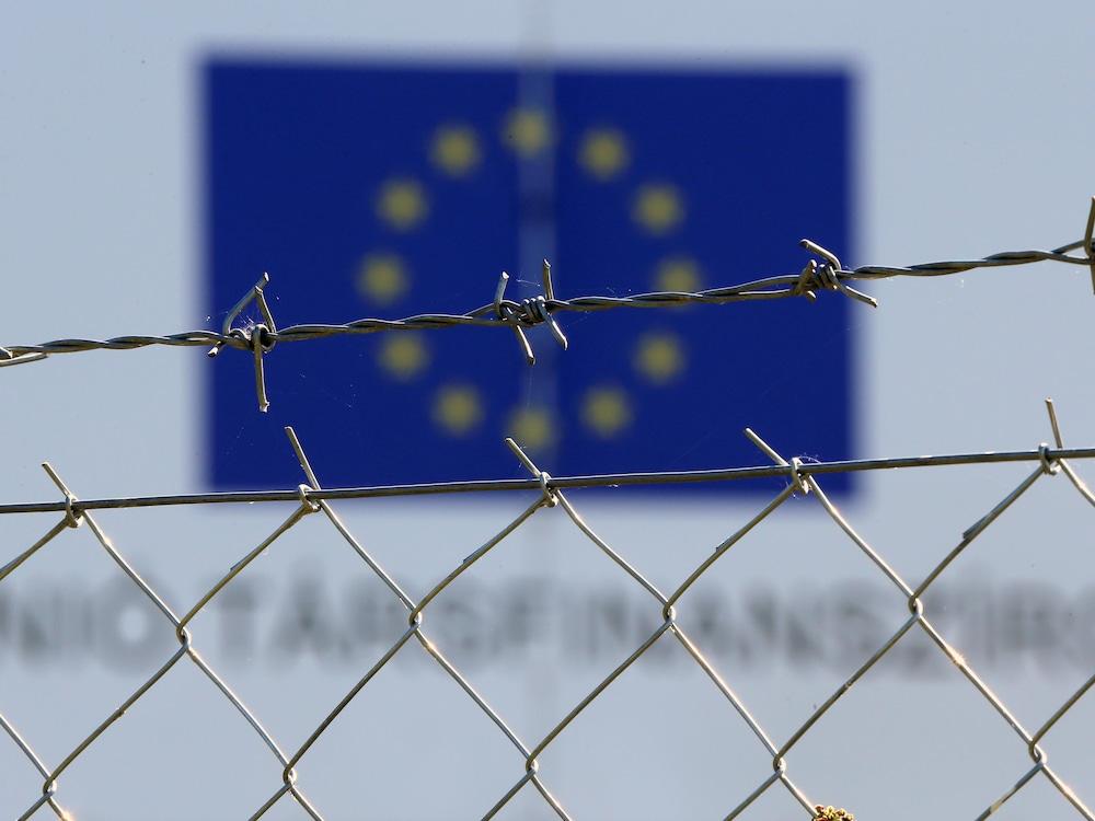 Le drapeau de l'Union européenne flotte dans un camp à Vamosszabadi en Hongrie.