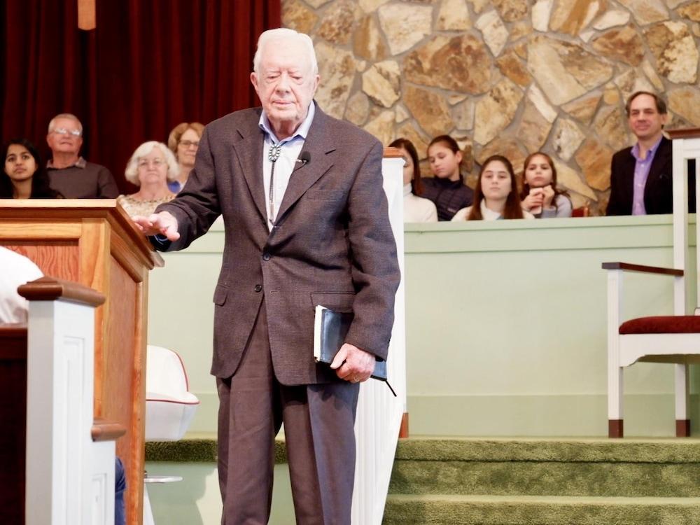 Jimmy Carter, près d'un lutrin, à la fin de sa présentation.