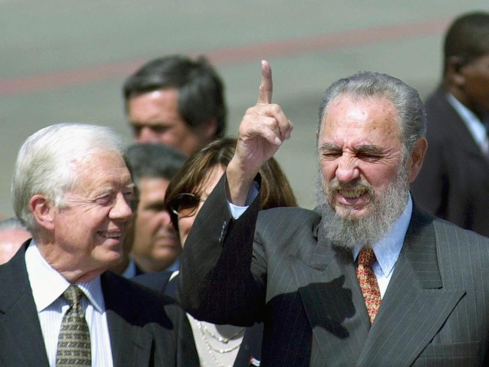 Le doigt en l'air, Fidel Castro, accompagné de Jimmy Carter.