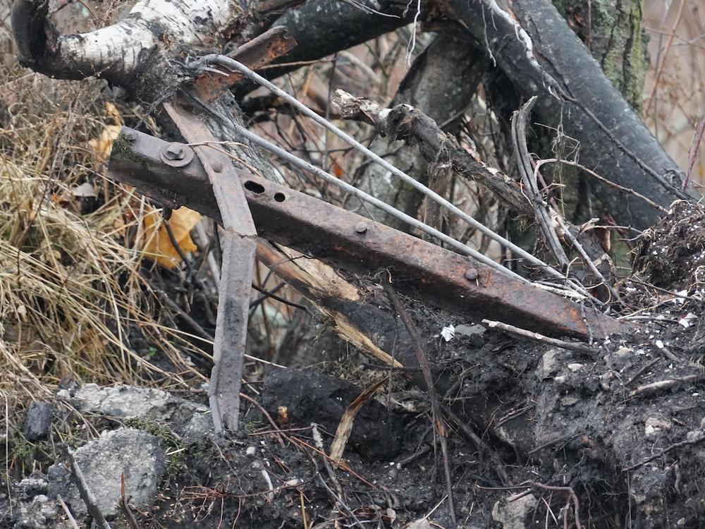 Un morceau de métal se retrouve dans le sol.