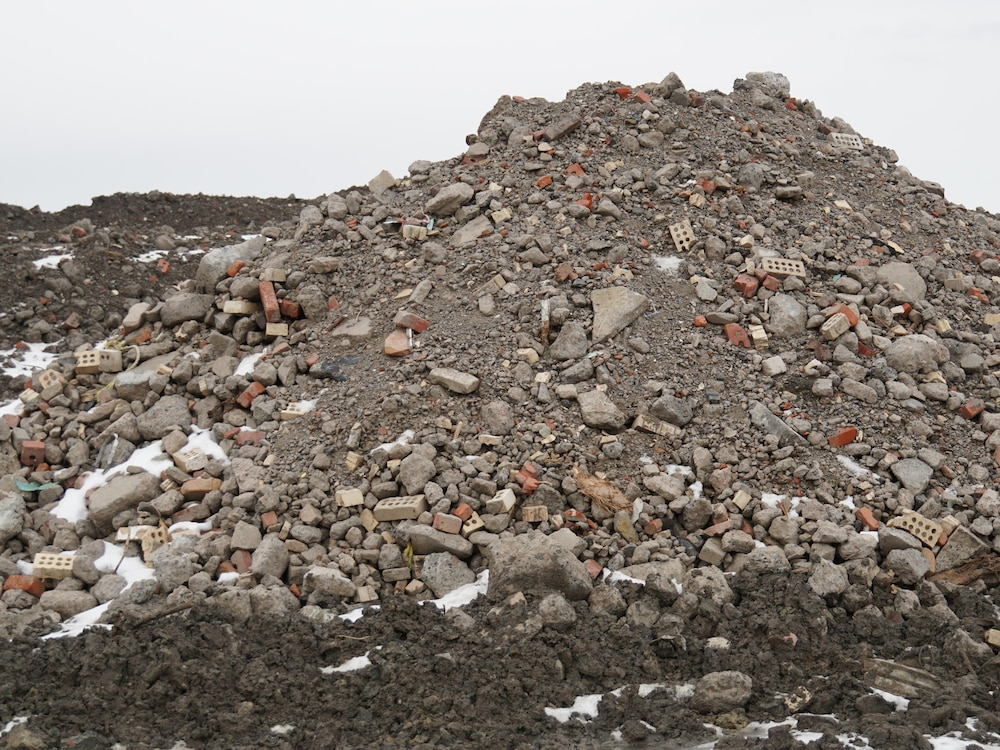 Un tas de roches et de briques.
