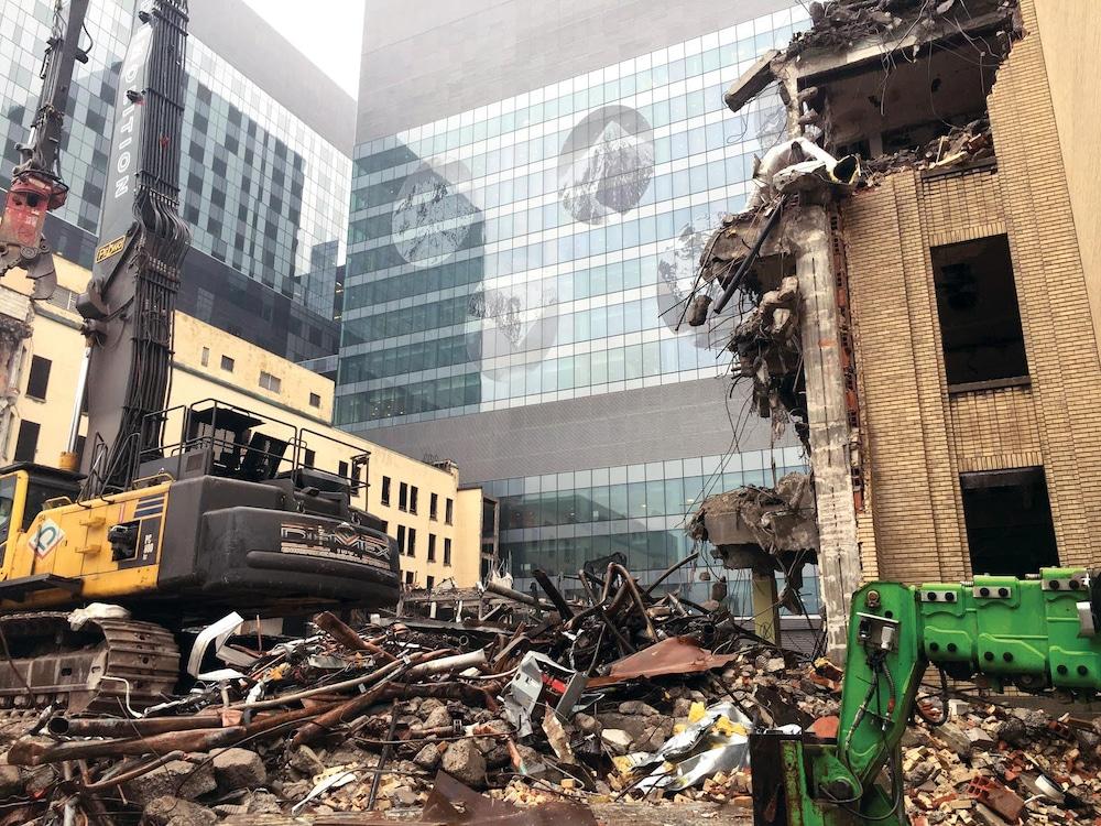 Des débris de l'hôpital Saint-Luc jonchent le sol à côté du nouveau CHUM.