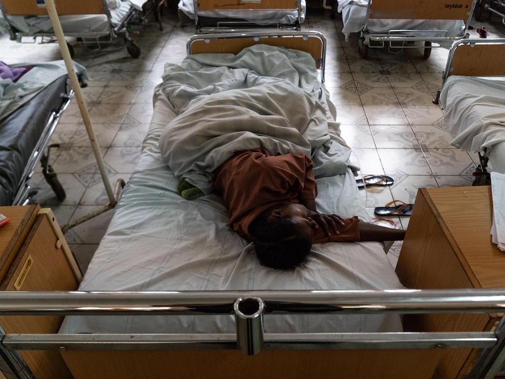 Des patientes couchées dans des lits.