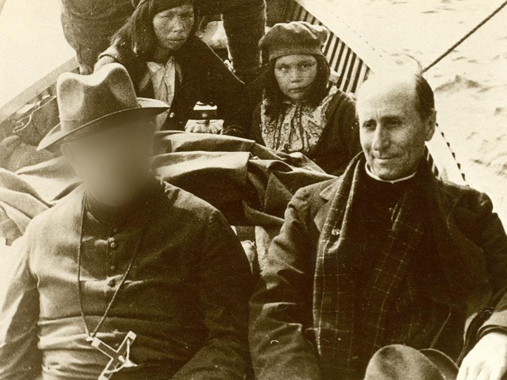 Edouard Meilleur dans un canot avec un autre prêtre et des Atikamekws.