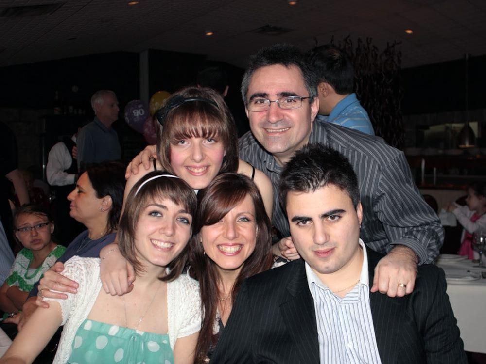Les membres de la famille de Jenifer, souriants, les uns à côté des autres