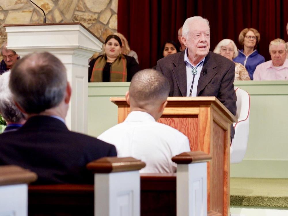 Jimmy Carter derrière un lutrin.