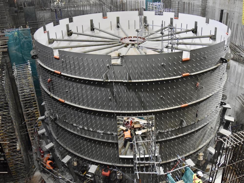 Des travailleurs à l'oeuvre à l'intérieur de la future centrale hydroélectrique.