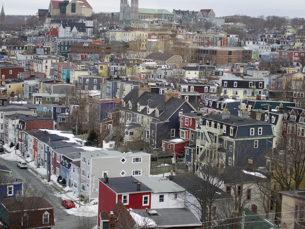 Un quartier de maisons colorées près du centre-ville de Saint-Jean de Terre-Neuve
