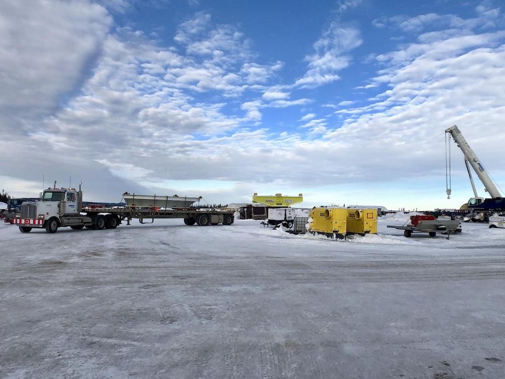 Des camions sur un terrain enneigé.