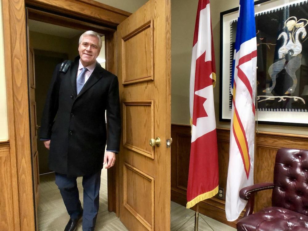 Le premier ministre entre dans son bureau.
