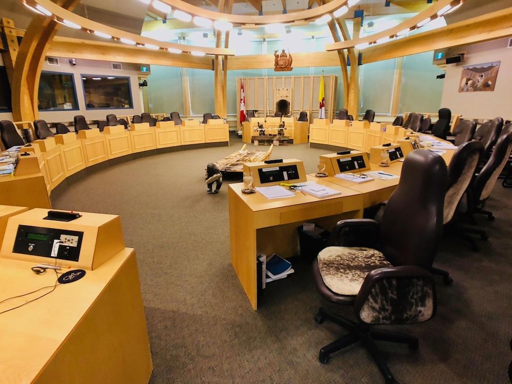 La salle où siègent les 22 députés à l'Assemblée législative du Nunavut.