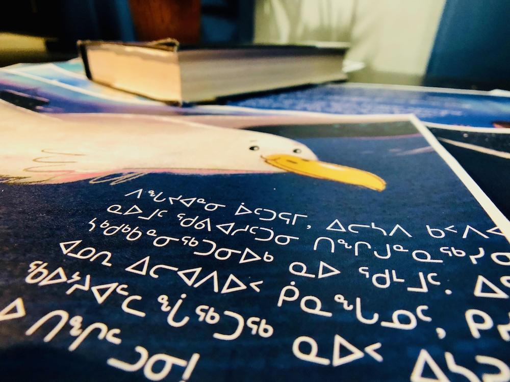 La page d'un livre pour enfant en inuktitut.