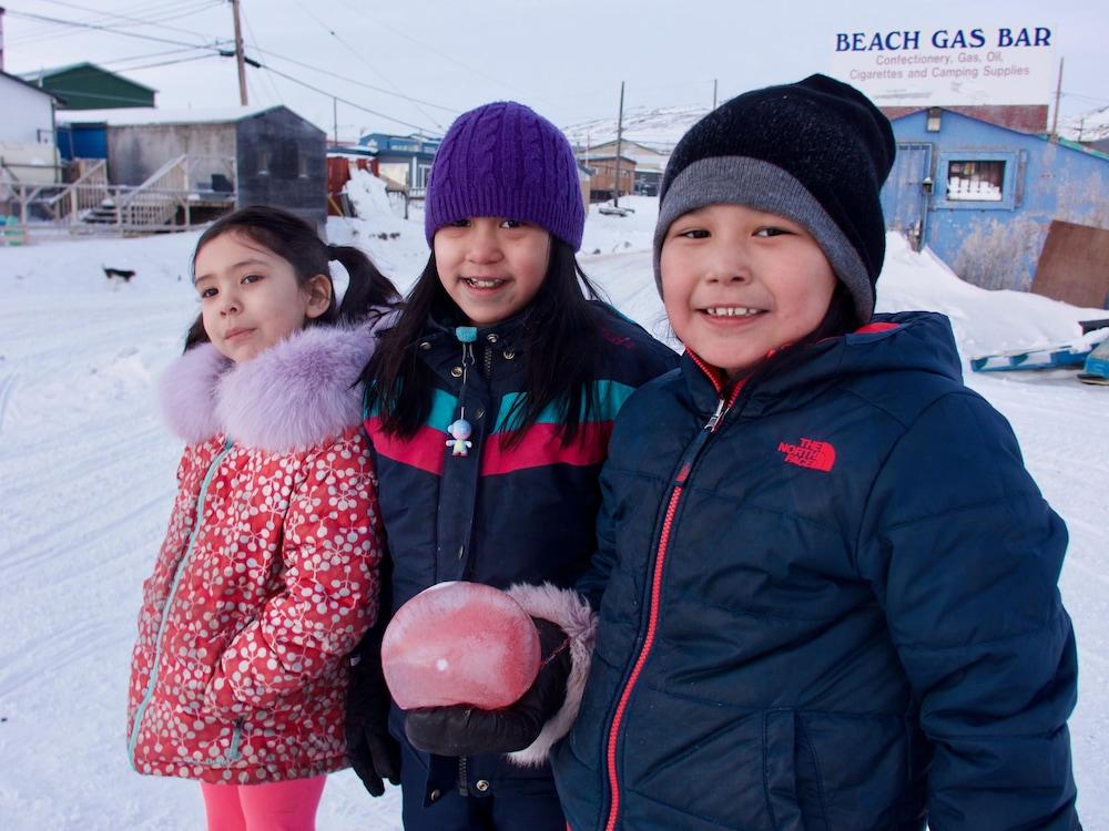 Trois jeunes filles s'amusent dehors après l'école à Iqaluit.