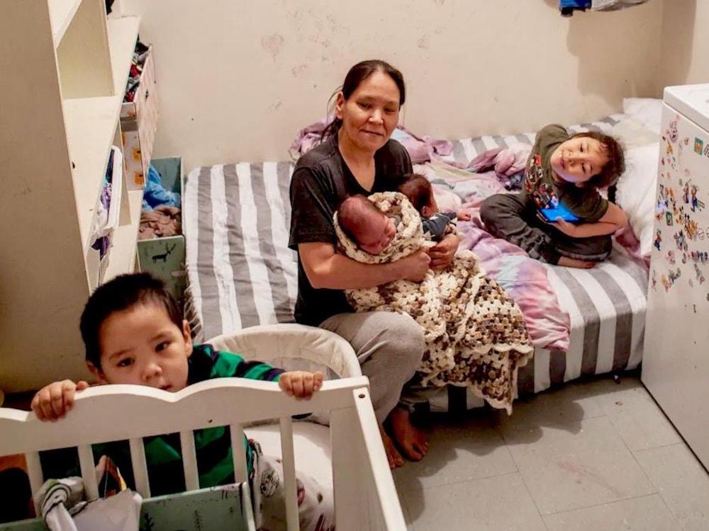 Branda Maniapik et ses quatre enfants.