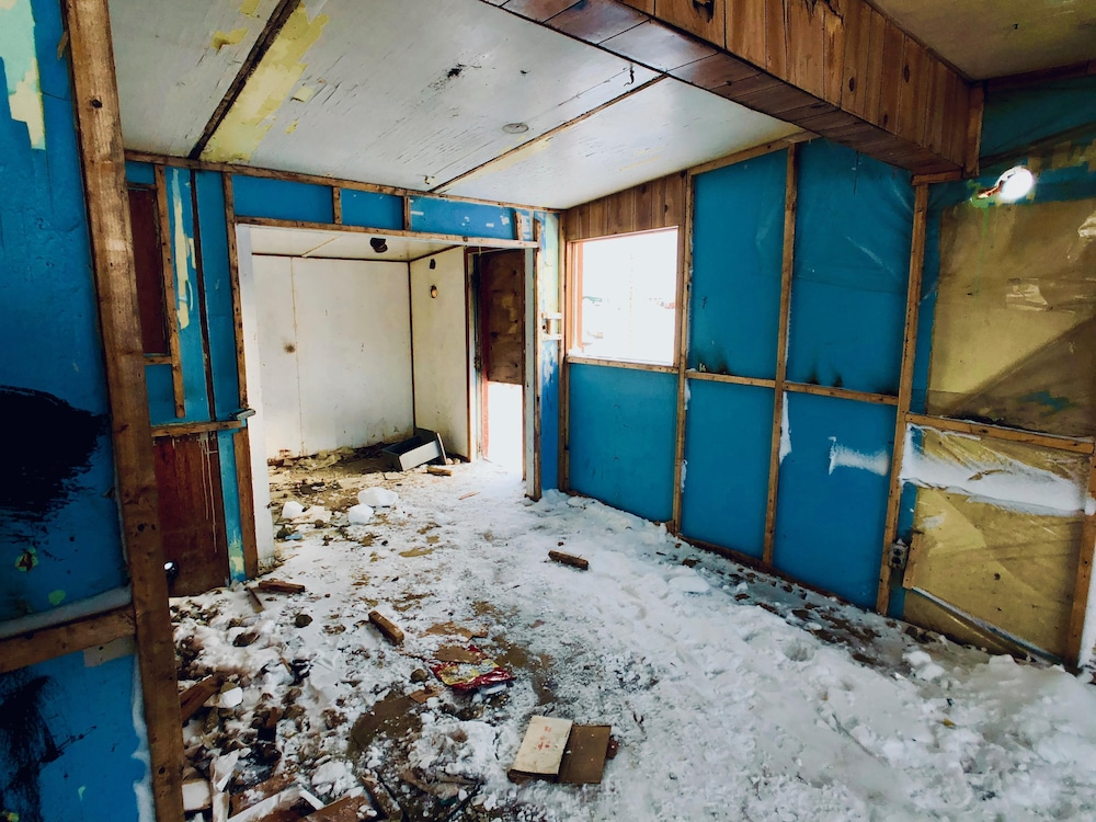 Intérieur d'une maison qui a dû être condamnée par les autorités.