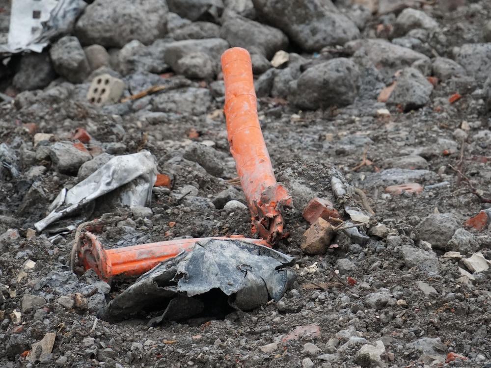 Poteau de plastique sur une terre agricole.