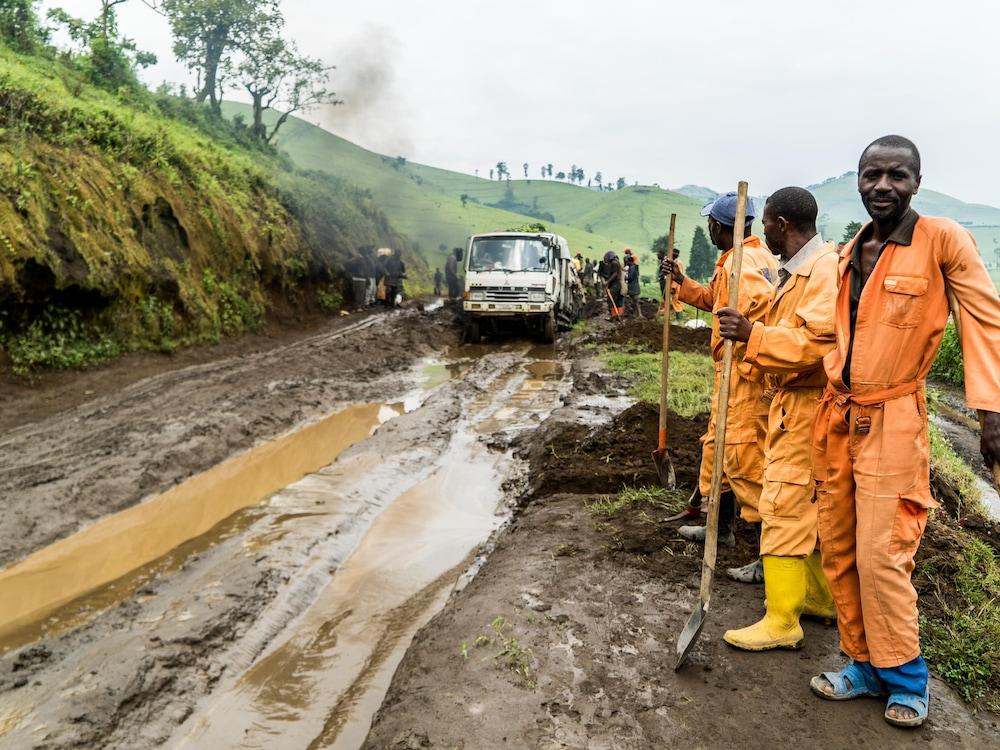 Des travailleurs tentent de dégager la voie.