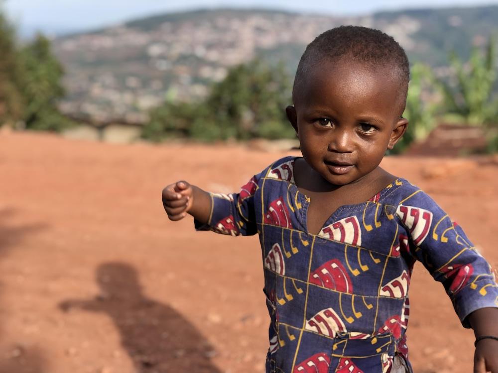 Un jeune enfant.