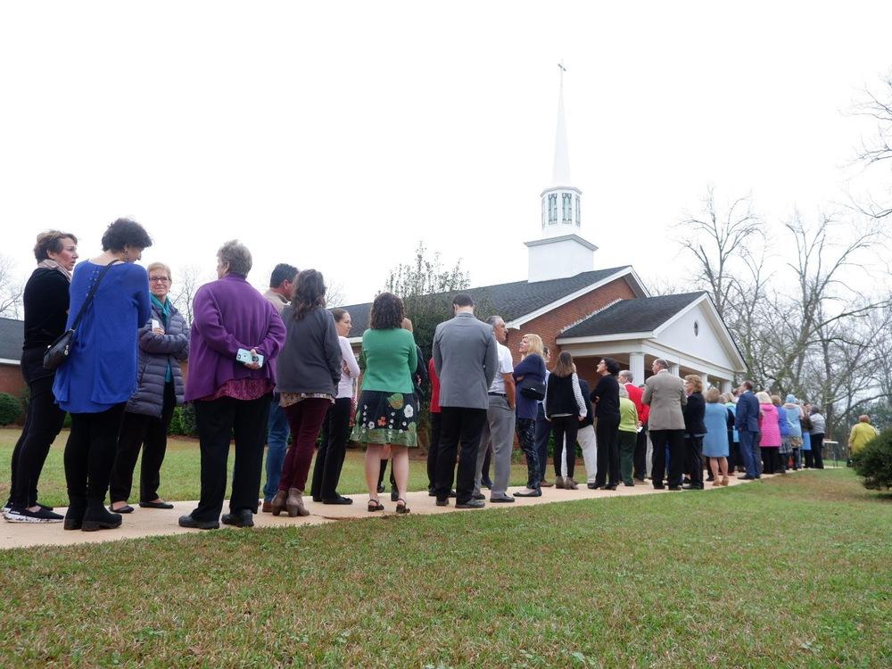 Les visiteurs font la file devant l'église.