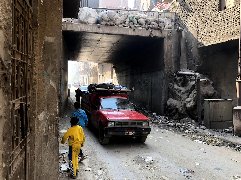 Un camion franchit une des trois entrées de Manshiyat Nasser.