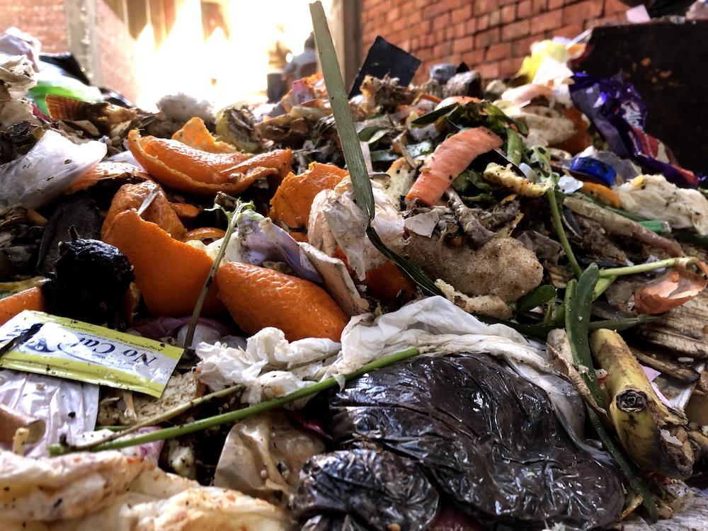 Les matières organiques s'empilent dans de nombreux endroits de Manshiyat Nasser.