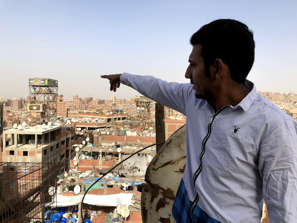 Michael montre du doigt le quartier où il s'est fait mal au dos.