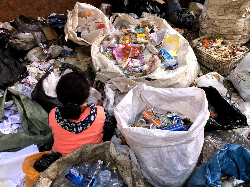 La petite Martina, 10 ans, procède au tri des matières recyclables.