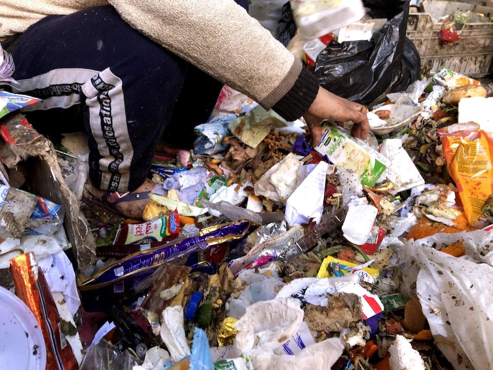Simone trie des déchets et des matières organiques.