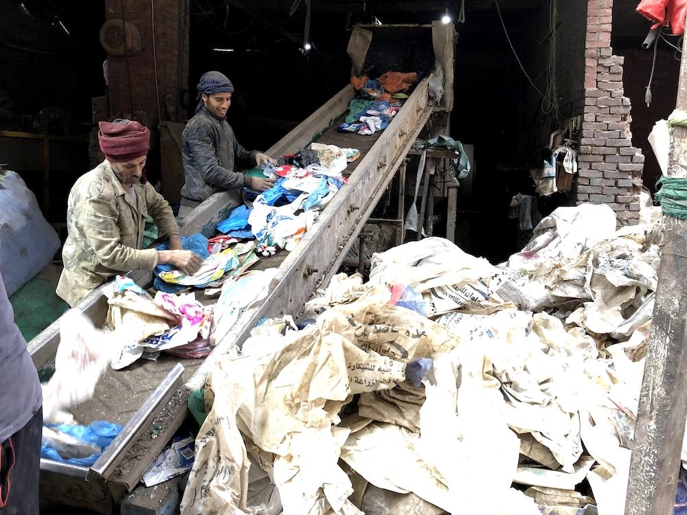 Des employés trient les sacs de plastique à usage unique destinés au recyclage.